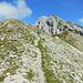 Ein Felsgürtel versperrt scheinbar den Weg hinauf zum Gipfel