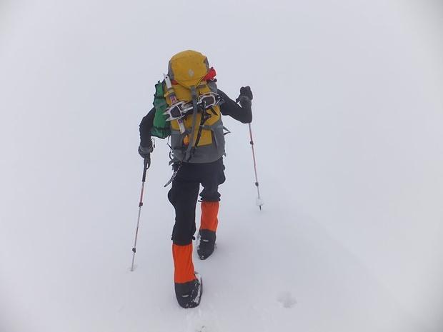 30cm Neuschnee und null Sicht zwingen uns zum Abstieg