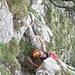 Erste Schlüsselstelle im Aufstieg zum Haggenspitz 1761m - die kleine Traversierung eines ausgesetzten Wändchens. Bei der rechten Hand ist die gut greifbare Felsplatte zu sehen.
