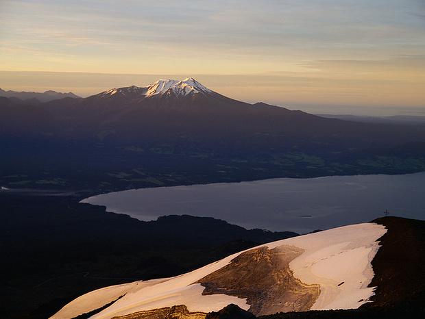 Die Sonne geht auf. Irgendwie hat mich dieser Berg an den Pilatus mit dem Vierwaldstettersee erinnert.