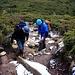 David und Richard im Aufstieg durch Heidelandschaft über den rutschigen Bergweg hinauf zum P.1762,1m.