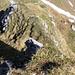 Walengrat: Tiefblick vom 3.Aufschwung. Rechts unten ist die Grasrinne zu sehen.