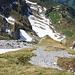 Abstieg Rund Südwestflanke: Oberhalb der Grasnase und unterhalb des rechtsn Felsen quert man nach rechts zum Oberen Band.