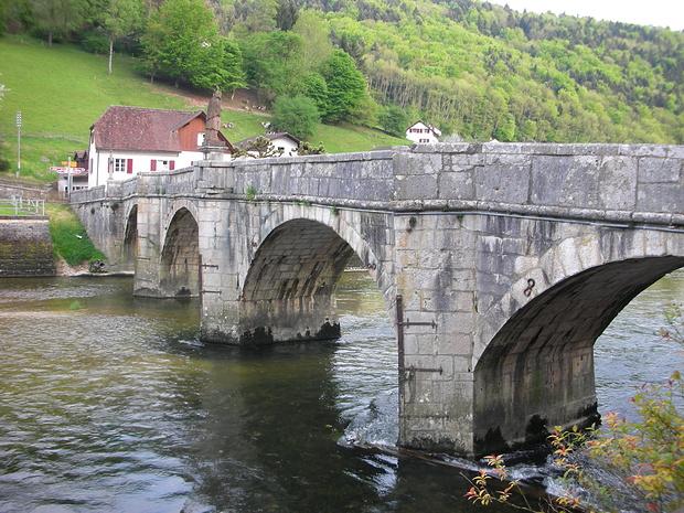 nochmals die Doubsbrücke. Diesmal vom Sitzplatz im Gartenrestaurant ;-)