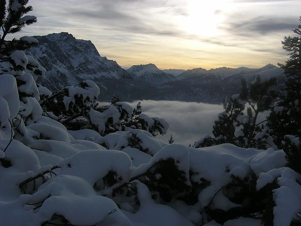 Blick beim Anstieg zur Zugspitze u. zum Hochwannig.<br />Im Tal ist inzwischen Nebel aufgezogen.