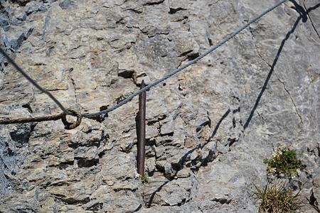 Ein Nagel und das Drahtseil im Detail.