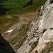 Tiefblick aus der Lücke auf die Aufstiegsroute