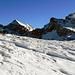 Bannalper Schonegg erreicht, Blicke auf die andere Seite, zum Engelberger Rotstock tun sich auf. An der Gratkante ist der Schnee abgeblasen.