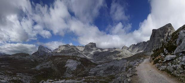 """Panorama an der Bergstation von """"El Cable"""", die die Picos de Europa von Süden her erschließen"""