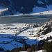 Der Sihlsee. Er ist gerade daran, schwarzzufrieren. Das Eis hat sich nach dem letzten Schneefall erst gebildet. Das Dorf: Euthal.
