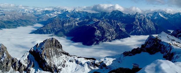 Der Nebel zeichnet den Verlauf von Reuss- und Schächental nach.