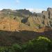 Der Weg vom Cruz de Hilda (linker Bildrand) zur Montaña de la Fortaleza (rechts) im Überblick