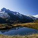 Der [peak15226 Hangerer] (3021m) spiegelt sich in einem kleinen Bergsee direkt neben dem Weg zur Hütte.Rechts hinten der [peak13541 Schalfkogel] (3540m)