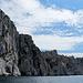 Ebendieses Loch aus Meeresperspektive - mitten im wildesten Abschnitt der Calanques