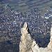 Kirchturmsteile Felsen hoch über Schaan
