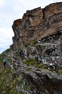 Traverse unter schönen aber brüchigen Felsen.