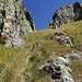 Aufstieg zur Lücke neben dem Pizzo del Prévat. Um das Drahtseil war ich froh. Das Gras war enorm rutschig.