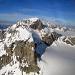 Ein Fundstück aus dem Internet (www.flightforum.ch): winterliche Luftaufnahme des Chammlibergs von Westen, welche den Aufstiegsweg sehr gut zeigt. Erst durch die schon leicht schattige, verschneite Südflanke, dann links um den Grat herum und über die nur im Profil sichtbare NW-Flanke zum Gipfel.