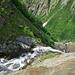 Am Gegenhang: oberer Weg führt zur Suon Niwärch, unterer zum Stolleneingang