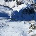 """die drei Skitürler wagen sich ins """"Knie"""" - die 44° steile Nordabfahrt <br />(mich hat nach ein paar Blicken leider der Mut verlassen)"""