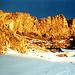 Sonnenuntergang an den Nordwestwänden des Chammlibergs. Die Schneebedeckung erleichtert im steilen Gelände den Abstieg. Die Bedingungen sind bei vollkommen [http://www.hikr.org/gallery/photo598686.html?post_id=40730#1 aperen Verhältnissen] wohl längst nicht so günstig.