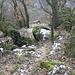 Im Abstieg vom Ovčín - Der Pfad durch die südwestliche Bergflanke führt auch an einigen schönen Felsblöcken vorbei.