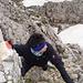 Aufstieg mit kurzer Kletterei, erleichtert durch ein Stahlseil