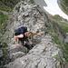 Leichte Kletterstelle am Grat ist überwunden