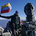 Auf dem Gipfel mit venezolanischer Fahne und der Statue des Simon Bolivar.