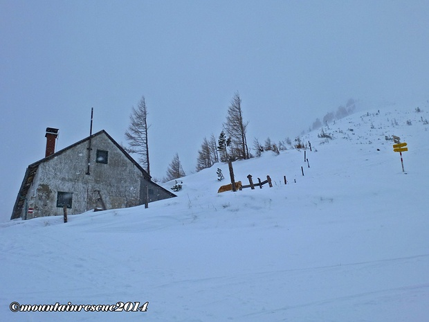 Vorbei an der verlassen, daliegenden Leobnerhütte...