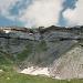 Blick zurück auf die Muttseehütte 2501m und das Felsband darunter.
