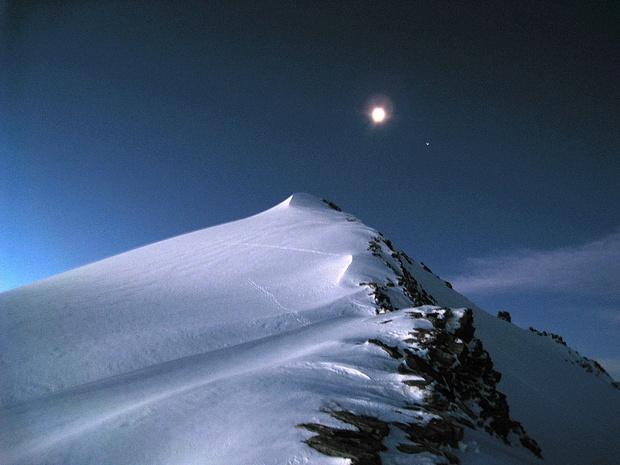 Der Gipfel des Rheinwaldhorn 3402m mit dem Mond