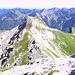 Der Grat zwischen Kleinem und Großem Daumen. Gut erkennbar der Weg, der von der Oberen Hasenegg-Alpe heraufkommt.