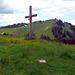 Kreuz kurz vor Wittefäre, dahinter die Marbachegg.