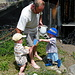 Kris mit Samuel und Gabriel beim Hühnerfüttern
