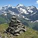 Gipfelsteinmann auf dem Blinzi. Von links Chammliberg, Schärhorn und Chli Ruchen