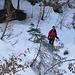 Nochmals ist über mehrere hundert Höhenmeter volle Konzentration gefragt: Abfahrt durch ein steiles Tobel im dichten Wald.