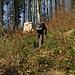 mein Kollege, der Abkürzungsweltmeister. Durch dichtes Gestrupp und weiter oben gefällten Bäumen kürzen wir den weit ausholenden Wanderweg ab