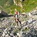 Bernard remonte le raide pierrier à la base de la paroi SE du Hinter Glatten, une montée qui réchauffe vite!