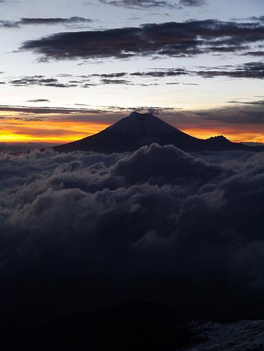 Der Cotopaxi, noch vor Sonnenaufgang.