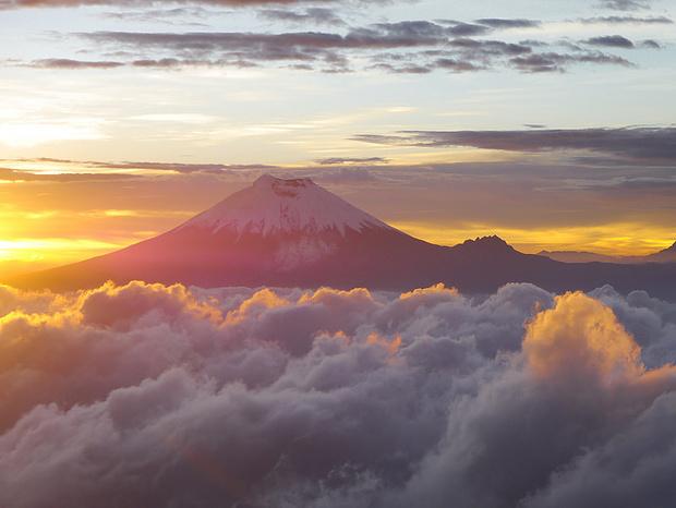 Der Vulkan Cotopaxi schwebt über den Wolken.