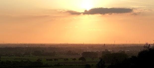 Der Sonne steht sehr viel Himmel für ihren Untergang zur Verfügung. Sie hat noch ein gutes Stück abzutauchen bis zum Horizont.