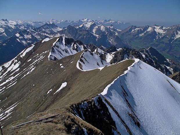 Durch die Schneewächten besonders schön betonte Grat-Kurven