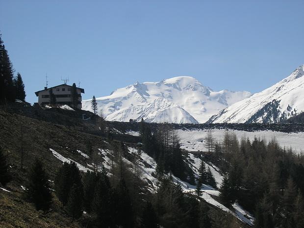 Blick vom Ausgangspunkt der Tour über die Staumauer des Gepatschspeichers zur Weißseespitze. Noch herrscht blauer Himmel!