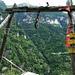 Wegweiser an der Bergstation der Materialseilbahn in Osone.