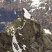 La Ciavena Alta dalla cresta SE del Pizzo d'Orsalietta: si vede bene la via normale che nell'ultima sua parte sale dal versante di Val Calnègia.