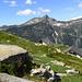 Alphütten bei P. 1733 - hinten der Madom da Sgiof - ebenfalls eine schöne Tessiner Bergwanderung