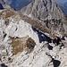 Vom höchsten Punkt ist noch etwas leichte Kletterei zu bewältigen, um das Gipfelkreuz zu erreichen.