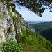 Eindrücklicher Ausblick in die Klus - der Weg verläuft auf dem unteren Waldband schräg aufwärts