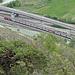 Unten im Tal verlässt ein IC den Lötschberg-Basistunnel